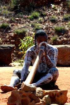 Aborigine mit Didgeridoo in Australien